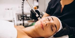 چرا باید به پزشک متخصص برای پاکسازی پوست صورت مراجعه کنیم؟
